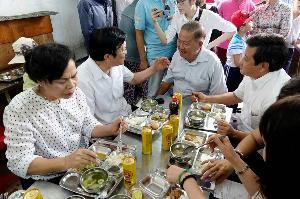 Nguyen-chu-tich-nuoc-Truong-Tan-Sang-va-ong-Doan-Ngoc-Hai-an-trua-tai-quan-com-Nu-Cuoi-1
