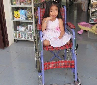Thay-mat-VNHELP-trao-tang-xe-lan-cho-be-gai-Phuong-Anh